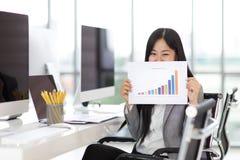 Il tatto della donna di affari felice e l'orgoglio quando mostra le vendite rappresentano graficamente il tha fotografie stock