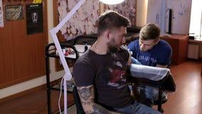 Il tatuatore professionista lavora in studio archivi video