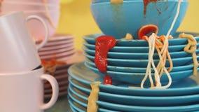 Il tavolo da cucina è pieno dei piatti sporchi archivi video
