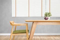 Il tavolo da pranzo ha messo con la sedia nella sala da pranzo accogliente con cemento Fotografia Stock