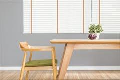 Il tavolo da pranzo ha messo con la sedia nella sala da pranzo accogliente con il wa grigio Fotografia Stock