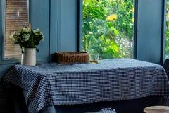 Il tavolo da pranzo, tovaglia e messo un vaso dei fiori fotografie stock libere da diritti