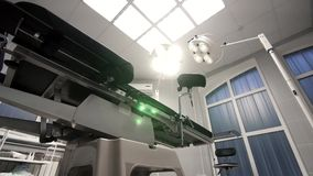 Il tavolo operatorio moderno cambia il pendio in un ospedale moderno Fotografia Stock Libera da Diritti