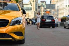 Il taxi è ordine di attesa sulla via Immagini Stock