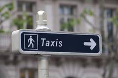 Il taxi firma dentro Parigi Fotografie Stock Libere da Diritti