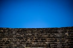 Il teatro antico, svuota con cielo blu fotografia stock