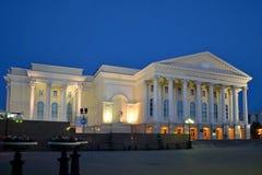 Il teatro di dramma di Tjumen'nell'illuminazione di notte Immagini Stock Libere da Diritti