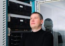 Il technicien au centre de traitement des données Images stock