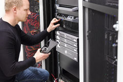 Il technicien maintiennent des serveurs un San dans le datacenter Photos libres de droits
