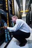 IL technicien travaillant sur des serveurs de réseau   Photographie stock libre de droits