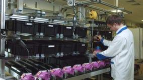 Il tecnico finisce il processo di montaggio del tester sulla macchina stock footage