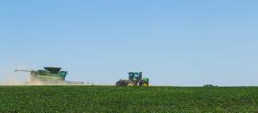Il tecnico lavora nel campo per il raccolto Fotografie Stock Libere da Diritti