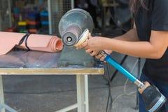 Il tecnico medico fa le nuove protesi di alluminio gambe per il ampu Immagini Stock Libere da Diritti