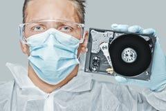 Il tecnico tiene il disco rigido Immagine Stock Libera da Diritti