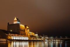 Il tedesco della fortezza di notte si illumina alla notte, Narva Immagine Stock