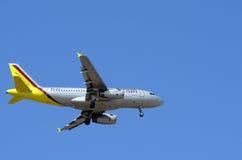 Il tedesco traversa Airbus volando A319 Fotografia Stock Libera da Diritti