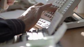 Il telefono analogico ? estremamente primo piano Il capo vendite compone il numero del cliente archivi video