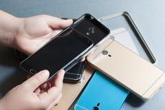 Il telefono cellulare di plastica riveste la varietà su gray Fotografie Stock Libere da Diritti
