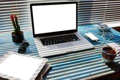 Il telefono cellulare e la compressa digitale con la copia in bianco spaziano lo schermo per il vostri messaggio di testo o conte Fotografia Stock Libera da Diritti
