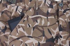 Il telefono cellulare nella tasca di camouflauge ansima/mette Fotografia Stock Libera da Diritti