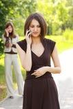 il telefono comunica le donne immagine stock