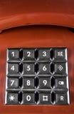 Il telefono d'annata rosso con i bottoni neri accetta la chiamata, ideale per la pagina dei contatti Fotografie Stock