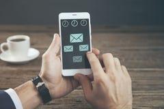Il telefono della mano dell'uomo con messige firma dentro lo schermo immagine stock