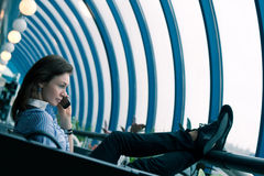 il telefono della ragazza parla i giovani Fotografie Stock Libere da Diritti