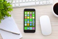 Il telefono di tocco della tastiera con i apps delle icone dello schermo domestico presenta l'ufficio fotografia stock libera da diritti
