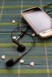 Il telefono di touch screen con il trasduttore auricolare ha messo sulla composizione semplice nel primo piano unico della protez Fotografia Stock