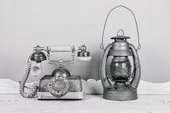 Il telefono ed il cherosene d'annata di lusso lubrificano la lampada della lanterna, oggetto d'antiquariato Fotografia Stock Libera da Diritti