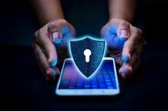 Il telefono Smartphone di Internet dello schermo è protetto dagli attacchi del pirata informatico, della stampa della parete refr fotografia stock libera da diritti