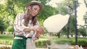 Il tema è una piccola impresa della famiglia che cucina i dolci Il proprietario del commerciante della giovane donna del primo pi archivi video