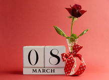 Il tema rosso, salva il giorno delle donne di daInternational, l'8 marzo - rosso con lo spazio della copia. Fotografie Stock Libere da Diritti