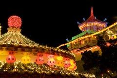 Il tempiale si è illuminato in su per il nuovo anno cinese Immagini Stock