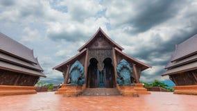 Il tempio è stato costruito con le sculture del tek stock footage