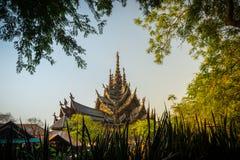 Il tempio antico ha fatto tutti da legno in Tailandia immagini stock