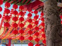 Il tempio cinese ha dettagliato la colonna decorata e le lanterne rosse contro un cielo blu immagine stock libera da diritti