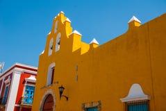 Il tempio con le campane Architettura gialla del coloniale e della chiesa in San Francisco de Campeche , Il Messico Fotografia Stock Libera da Diritti