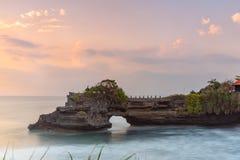 Il tempio del lotto di Tanah e naturali franano il villaggio di Beraban, Tabanan, Bali immagini stock