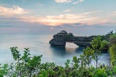 Il tempio del lotto di Tanah e naturali franano il villaggio di Beraban, Tabanan, Bali immagine stock libera da diritti