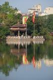 Il tempio della montagna della giada sul lago Hoan Kiem un giorno soleggiato Hanoi, Vietnam Fotografie Stock