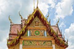 Il tempio della Tailandia del tetto con cielo blu Immagini Stock