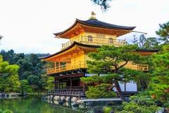 Il tempio di Kinkaku-ji del padiglione dorato è templebuddistadello zendel aed uno del inKyoto delle costruzionipiù pop fotografia stock libera da diritti