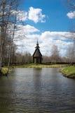 Il tempio di legno antico sta sulle banche del fiume Immagine Stock Libera da Diritti