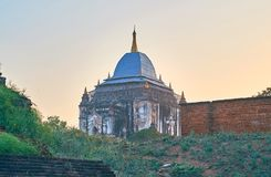 Il tempio di Thatbyinnyu nella sera si accende, Bagan, Myanmar Fotografie Stock Libere da Diritti