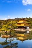 Il tempio dorato del tempio di Kinkakuji a Kyoto, Giappone Vista verticale fotografie stock