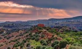 Il tempio famoso di Concordia nella valle delle tempie vicino ad Agrigento immagini stock libere da diritti