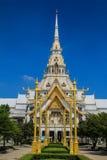 Il tempio grigio del tetto con i pali di illuminazione dorati Immagini Stock