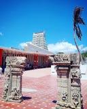 Il tempio incontra la spiaggia immagini stock